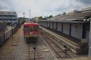 北条町駅のホームと車両
