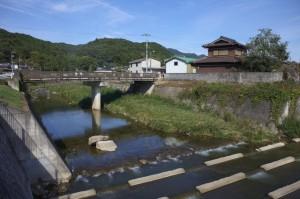 集落の横を流れる山田川