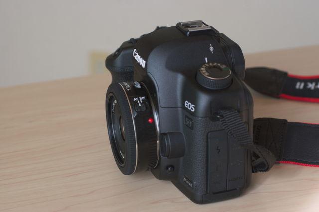 EF40mm F2.8 STMを取り付けたEOS 5D サイドから